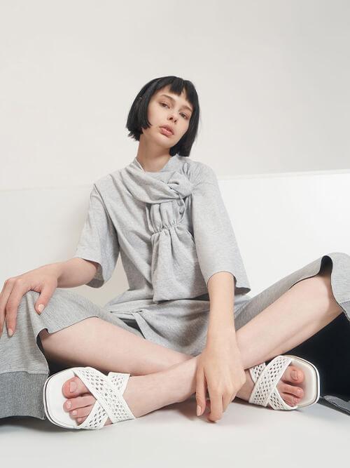 รองเท้าแตะแบบสวม Weave Detail Crossover Slides